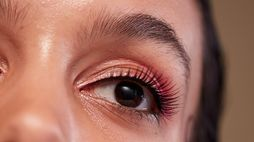 LoveSeen positions false lashes for everyday wear